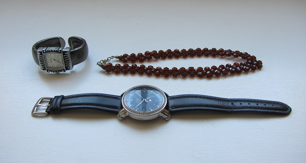 relógios e colar para consertar